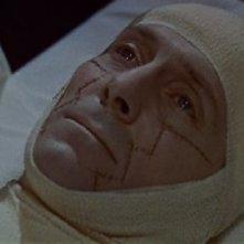 Peter Cushing in una scena del film La vendetta di Frankenstein