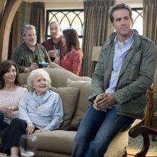 Mary Steenburgen, Betty White e Ryan Reynolds in una scena del film Ricatto d'amore