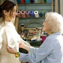 Sandra Bullock e Betty White in una scena del film Ricatto d'amore