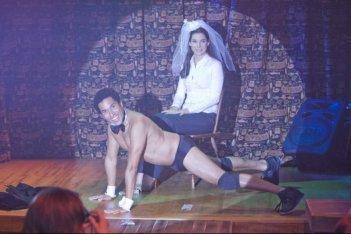 Una spiritosa immagine di Oscar Nunez e Sandra Bullock nel film Ricatto d'amore