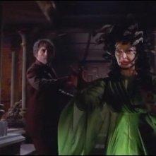 Christopher Lee affronta Prudence Hyman in una scena del film Lo sguardo che uccide