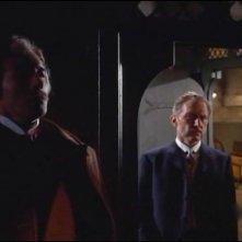 Christopher Lee e Peter Cushing in una scena del film Lo sguardo che uccide