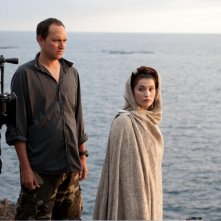 Gemma Arterton e il regista Louis Leterrier sul set di Clash of the Titans, remake di Scontro di Titani.