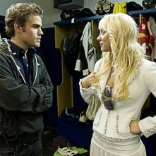 Kaley Cuoco e Paul Wesley in una scena del film Killer Movie