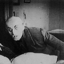 Max Schreck in una scena del film Nosferatu