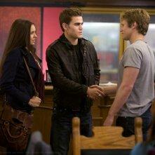 Nina Dobrev con  Paul Wesley e Zach Roerig in una scena del Pilot della serie The Vampire Diaries
