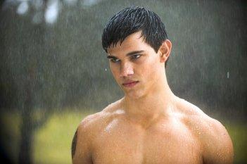 Taylor Lautner a torso nudo sotto la pioggia in una scena del film New Moon