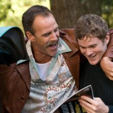 Aaron Ashmore e Richard Burgi in una scena del film 'The Christmas Cottage'