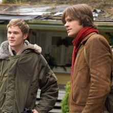 Aaron Ashmore insieme a Jared Padalecki in una scena del film 'The Christmas Cottage'