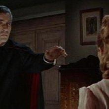 Christopher Lee seduce Suzan Farmer in una scena del film Dracula principe delle tenebre