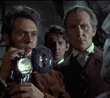 Peter Cushing con Peter Woodthorpe e Sandor Elès in una scena del film La rivolta di Frankenstein