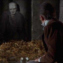 Peter Cushing e Kiwi Kingston in una scena del film La rivolta di Frankenstein
