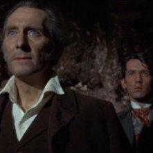 Peter Cushing e Sandor Elès in una scena del film La rivolta di Frankenstein