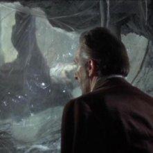 Peter Cushing in una scena del film La rivolta di Frankenstein
