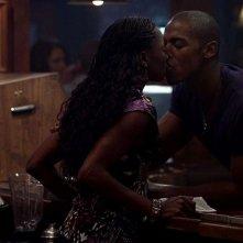 Rutina Wesley e Mehcad Brooks si baciano in una scena dell'episodio 'Nothing But The Blood' della seconda stagione della serie True Blood