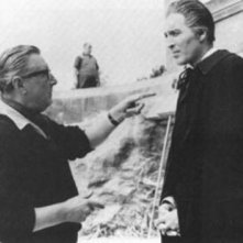Terence Fisher dirige Christopher Lee sul set del film Dracula il vampiro