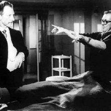Terence Fisher e Peter Cushing sul set del film Lo sguardo che uccide