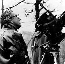Terence Fisher sul set del film Lo sguardo che uccide