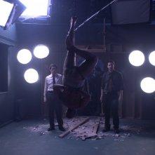 Willem Dafoe e Scott Speedman in una scena del film Anamorph