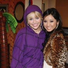 Brenda Song e Miley Cyrus nell'episodio Super(stitious) Girl di Hannah Montana