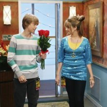 Cole Sprouse e Debby Ryan in una scena dell'episodio Super(stitious) Girl di Hannah Montana