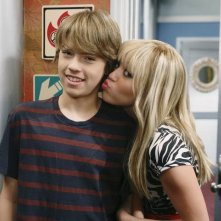 Cole Sprouse e Miley Cyrus in una scena dell'episodio Super(stitious) Girl di Hannah Montana
