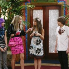 Cole Sprouse, Emily Osment, Debby Ryan e Miley Cyrus in una scena dell'episodio Super(stitious) Girl di Hannah Montana