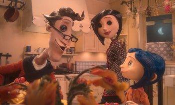 Coraline e i suoi genitori alternativi in una scena del film Coraline e la porta magica