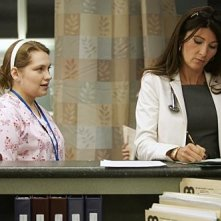 Eve Best e Merritt Wever in una scena dell'episodio Sweet-N-All di Nurse Jackie