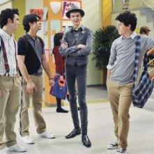 Nate Hartley con i Jonas Brothers in una scena dell'episodio Band's Best Friend della serie Jonas