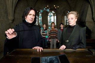 Alan Rickman, Maggie Smith, e sullo sfondo Emma Watson, Rupert Grint e Daniel Radcliffe, in una scena di Harry Potter e il principe mezzosangue
