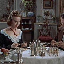 Peter Cushing e Hazel Court in una scena del film La maschera di Frankenstein