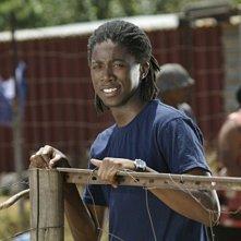 Atandwa Kani in una scena del pilot de L'Africa nel cuore