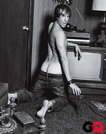 Brüno (Sacha Baron Cohen) in una delle foto più oltraggiose (ed esilaranti) pubblicate dalla rivista GQ