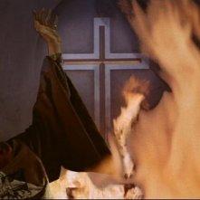 Charles Gray in una scena drammatica del film The Devil Rides Out