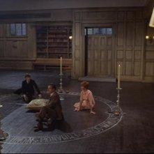 Christopher Lee con Sarah Lawson e Paul Eddington in una sequenza del film The Devil Rides Out