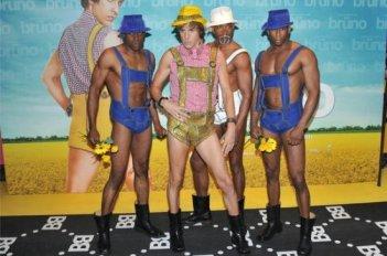 Sacha Baron Cohen durante la presentazione di Brüno a Parigi, insieme ai suoi 'boys'