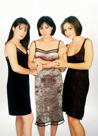Una foto promozionale delle attrici: Holly Marie Combs, Shannen Doherty e Alyssa Milano per il telefilm Charmed