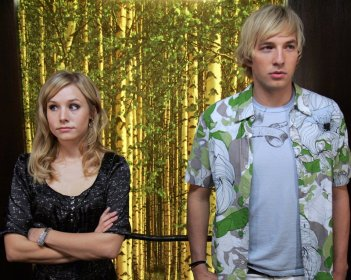 Kristen Bell e Ryan Hansen in una scena dell'episodio 'Graffiti anti-americani' di Veronica Mars