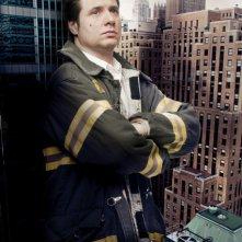 Adam Ferrara in una foto promozionale della stagione 5 di Rescue Me