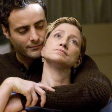 Dominic Fumusa ed Edie Falco nell'episodio School Nurse di Nurse Jackie
