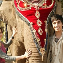 Emily Robins e Miles Szanto in una scena della serie The Elephant Princess
