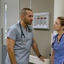 Haaz Slieman ed Edie Falco in una scena dell'episodio Daffodil di Nurse Jackie