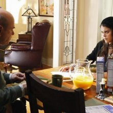 Larry Miller e Lindsey Shaw nel pilot di 10 Things I Hate About You