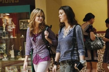 Lindsey Shaw e Meaghan Jette Martin in una scena dell'episodio I Want You to Want Me della serie 10 Things I Hate About You