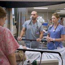 Merritt Wever, Haaz Slieman ed Edie Falco in una scena dell'episodio Daffodil di Nurse Jackie