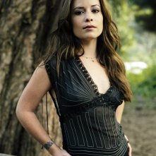 Una foto promo di Holly Marie Combs in una foresta per la serie Streghe