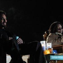 Benjamin Bratt con la guest star Whoopi Goldberg in una scena dell'episodio Hello America di The Cleaner