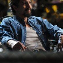 Benjamin Bratt in una scena dell'episodio Hello America di The Cleaner