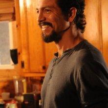 Benjamin Bratt in una scena della premiere della seconda stagione di The Cleaner